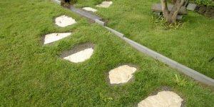 installer des pas japonais sur la pelouse