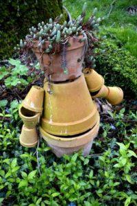 Epouvantail fait de pots de terre cuite