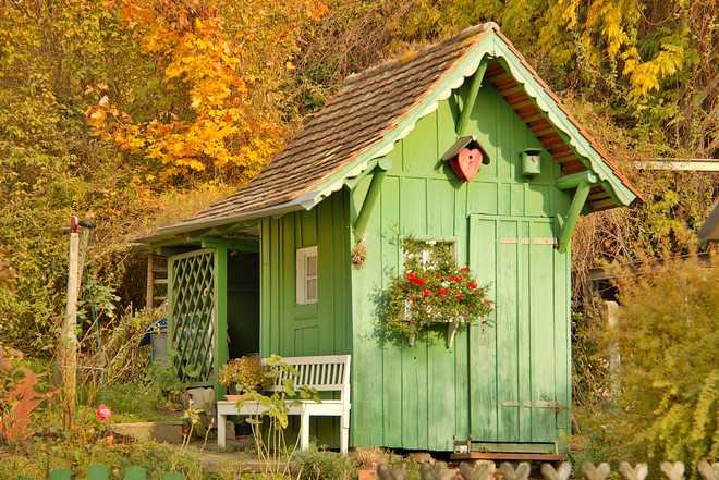 comment décorer un abri de jardin en bois